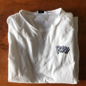 Fin t-shirt med POW logo fra envii.  Kan afhentes på Østerbro eller sendes med DAO 💖