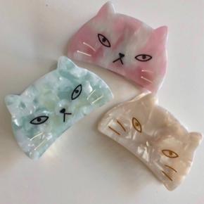De sidste af disse katteklemmer i lyserød, mint eller hvid 💫 normalpris per styk 120,-sælges for kun 80,- per styk nu Ca. 8 cm.   Hentes på Islands Brygge eller sendes på eget ansvar med PostNord for 10 DKK💌