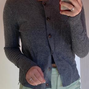 Sælger min fine cardigan fra GANNI, da den ikke bliver brugt nok. Kom endelig med et bud🌼 ps mængderabat ved køb af flere ting på min profil!