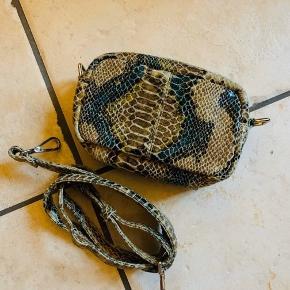 Lækker ny Nunoo taske i snake olivengrøn.  Ca. 17 x 14 x 7 cm.  En skulderrem i læder.  Model Brenda. Materiale: læder.  Aldrig brugt.  Fast pris.