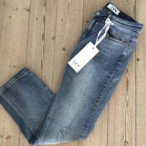 Brand: Ivy Copenhagen Varetype: Nye jeans mom fit model lavina Størrelse: 26 Farve: Denim Oprindelig købspris: 700 kr.  Bytter ikke