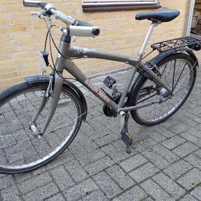 Rigtig fin Kildemoes cykel. Gearene er lidt mærkelige, men kan nemt fikses tror jeg. 7 gears'. Begge nøgler medfølger.   Forhjulet; 26X 1.75 Baghjul; 26X 1.75 Både for og baghjul er meget fine. For og baglygterne er godkendte og lyser rigtig godt. Trænger til en fugtig klud. BYD. Skambud slettes.