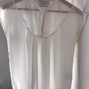 Sød t shirt der falder løst på kroppen. Let gennemsigtig men dejlig sommer bluse. Blonder over brystkasse der gør blusen elegant.