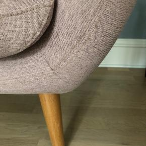 Rosa / Meleret lyserød sofa fra Sofakompagniet som nu hedder Sofacompany   3 personers sofa i fin stand. Modellen er 'Anne' og nyprisen er 5.999 kr.   Stoffet er Sunday Dusty Rose med Oak ben   H: 82 cm B: 181 cm D: 80 cm Sæde dybde: 54 cm Indvendig bredde: 150 cm Sæde højde: 47 cm   Står opbevaret nu og skal hentes i stueetagen.