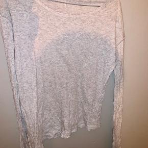Fin bluse, brugt godt men i super fin stand, den har en form for slis i siden der går længere ned i den ene side end i den anden. 🤍