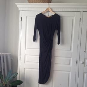 Fantastisk H&M TREND draperet kjole. Sort! Som ny! Byd! Str. 34, men passes også af 36. OBS: sidste billede er den samme kjole bare en anden farve end den jeg sælger.