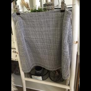 Kort ternet nederdel fra Pieces str M, kraftig blød kvalitet, har inderfoer, lynlås lukning og hægte i den ene side, aldrig brugt er som ny.  Pris 60 kr + porto