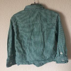 H&M - skjorte Str. 98 Næsten som ny Farve: grøn ternet Lavet af: 100% cotton Mål: Bredde: 64 cm hele vejen rundt Længde: 40 cm Køber betaler Porto!  >ER ÅBEN FOR BUD<  •Se også mine andre annoncer•  BYTTER IKKE!