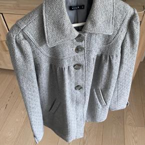 Super feminin lysegrå jakke fra VILA str L. Den har de fineste detaljer foran og på ryg og er næsten ikke brugt.
