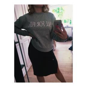 Lys grå sweater fra monki i størrelse S.  Brugt få gange