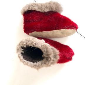 De lækreste dejlige varme røde sutsko/ hjemmesko. Sælskindet er dejlig varmt og holder den lille fod varm hele dagen. Pelskanten er desværre ikke så fin mere deraf prisen. De er dejlig bløde og er nemme at få af og på.