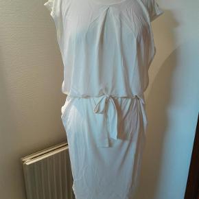 """Lækker kjole med bindebånd. I en fed """"tung"""" viskose der falder flot.  Mp. 450. Bytter ikke Mobilepay foretrækkes  Kjole Filippa K Farve: Hvid"""