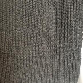 """Fin højhalset strik bluse fra 2nd Day. 55% uld og 45% bomuld. Brugt vasket en del gange men uden huller, pletter eller lign. Mærket i nakken har nogle brugsspor og den har nogle mikro fnuller hvis man kikker tæt på. Brystmål: 48 cm på tværs fra armhule til armhule+stretch , dvs """"96 cm på tværs i omkreds+stretch. Længde: 59 cm fra skulder og ned. Søgeord: grå turtleneck strik knit bluse klassisk rib cotton wool Grey sweater langærmet"""