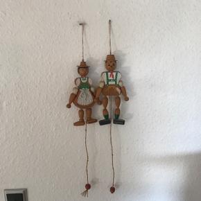 To skønne tyroler sprællemænd i træ 17 og 18 cm.      Samlet pris 150kr mp  Randers nv ofte Århus Ålborg Odense København mm Sender gerne på købers regning   Til salg på flere sider
