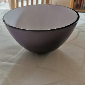 Flot Peter Svarre skål fra Holmegaard.  20 cm. i diameter og 12 cm. i højden. Ingen skår og aldrig brugt.