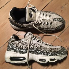 Model: Airmax 95. Man kan godt se de er brugt, men kun ift at det hvide på skoen er blevet lidt beskidt. Ellers fejler de intet