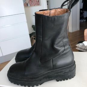 Fede læder støvler fra Zara. Kun brugt en enkelt gang, i en time.