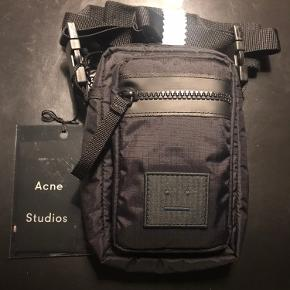 Lækker lille taske fra Acne. Helt ny med hangtag. Nypris 700;