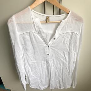 Super flot skjorte fra Caddys Fly i str xs med små sølv sten100% viskose  Bemærk den ene strop er gået i stykker ( se sidste billede) men kan nemt syes😉