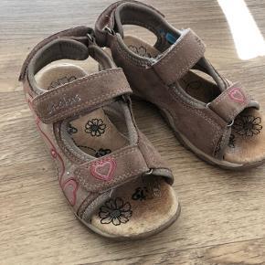 Lyserøde sandaler fra skofus i str 31. God men brugte men stadig brugbare endnu. 10 kr pp