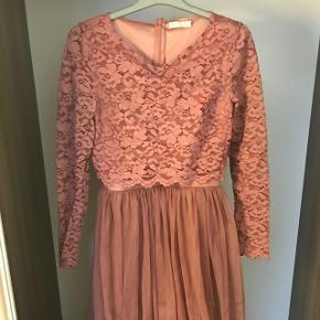 Lang galla kjole fra nelly med blonder. Virkelig fin! Brugt 1 gang. Np er 700 kr. Byd gerne!