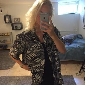 Vintage skjorte fra Wasteland. Næsten ikke brugt. Rigtig god stand. Jeg er en small og fitter oversize som ses på billederne