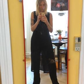 Fin mørkeblå kjole i semi transparent stof og med slids foran. Har næsten lige købt den i OSV, men får den ikke brugt. Den har ingen tegn på slid og fremstår ubrugt   Jeg er str s/m og 178 cm høj   Kan sendes fra/afhentes på Nørrebro