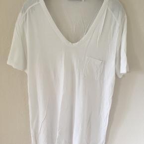 Fin hvid T-shirt i rayon fra Alexander Wang i str 38/40. Den er brugt 2 gange. Brystmål: ca. 2x45 cm, længde: ca. 66 cm. Bytter ikke. Sælges for 150 kr. Se også mine andre annoncer!!!!