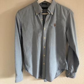 Ralph Lauren skjorte i lyseblå. Slim fit. Str. 4 - svarer til small.