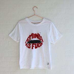 Sælger denne fede t-shirt fra det bæredygtige brand Dedicated.  Købt på Zalando, men ikke brugt ret meget. T-shirten er en størrelse medium, men passes også af en small.   Modellen hedder 'T-shirt Mysen Feminist Lips'.  #Trendsalesfund 💛♻️