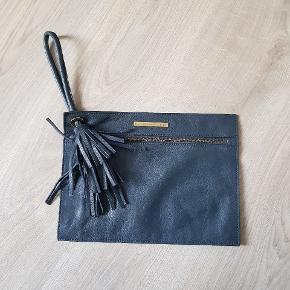 Fin læder clutch fra Malene Birger. Små brugstegn, men ellers i rigtig god stand