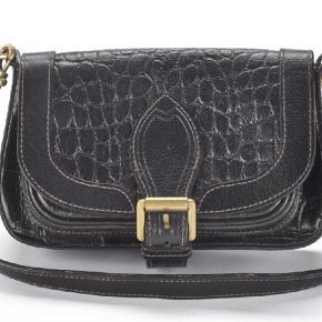 Varetype: Skuldertaske Størrelse: Mindre Farve: Sort  Fin crocopræget taske i sortbrun. Tasken er i flot stand.