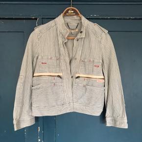 Super fin Denim jakke fra See by Chloé  Jeg har selv købt den brugt, men den er i rigtig fin stand. Jakken har striber i blå og hvid og stilen på den er lidt kort med korte ærmer.