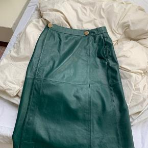 lækker ægtet læder nederdel fra DAY i str 36