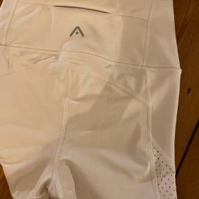 Hvide tights til træning, brugt 1-2 gange. Fitter xxs-xs.  SÆLGES BILLIGT - ÅBEN FOR BUD