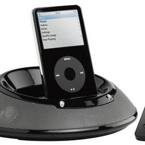 Brand: JBL On stage III iPhone og iPod højtaler Varetype: iPhone og iPod højtaler Størrelse: - Farve: - Oprindelig købspris: 1200 kr.  JBL højtaleren model On Stage III er specielt lavet til din Apple iPhone eller iPod med virker lige så godt sammen med andre MP3 afspillere/smartphones med 3,5 mm jackstik mulighed.  Højtaleren kan både bruges på farten på rejsen eller ferien men er lige så anvendelig derhjemme som stue højtaler. En solid og god stereo højtaler.  JBL højtaleren er designet af Harman og har et udseende i velkendte JBL design. Flere af deres modeller har samme runde form men med forskellig funktionalitet. JBL højtaleren måler 19,5 cm i længden og 6 cm i højden hvilket gør højtaleren anvendelig at rejse med. Læg den i kufferten eller rygsækken og det robuste design vil sikre at højtaleren ikke går i stykker under rejsen. Med en vægt på ca 500 gram vil kufferten heller ikke føles tung pga højtaleren. Højtaleren virker med 6 stk AA batterier der giver op til 12 timers spilletid. Alternativt kan højtaleren sættes til en stikkontakt og spille via denne.