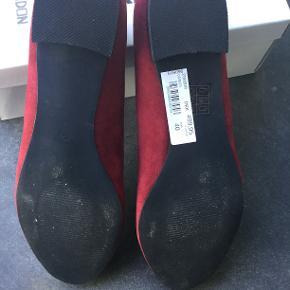 Flade loafers i bordeaux fløjl med broderi. Str.40. Mærket hedder Donna Girl, London. Kun brugt få gange indendøre.
