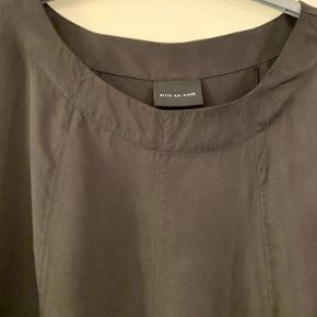 Klassisk sort kjole i A facon .  Perfekt stand . Brystvidden er 63 x 2 Længden er 101 cm 60% cupro og 40% lyocell