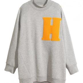 H&M TREND Varetype: Ny Oversize Sweatshirt i jersey. Farve: Grå/orange Oprindelig købspris: 699 kr.