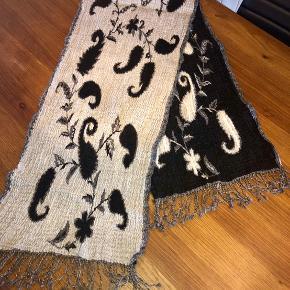 Smukt og lækkert tørklæde i kashmir uld og i sort, hvid og lysegrå nuancer.  Mål: L 170, b: 40cm Aldrig brugt. 200kr