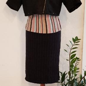 Therese kort læder jakke. Str 42 Pris 100 kr