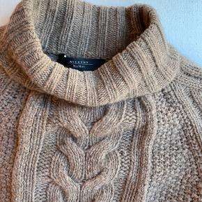 100% uld sweater fra weekend Max Mara Er brugt og har en smugle fnuller. Køber betaler fragt