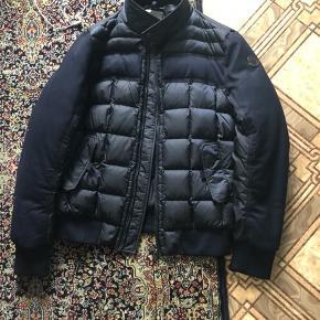 Har brugt denne jakke meget få gang alt medfølges kvittering, prisskilt og pose. Den er købt fra Birger Kristensen på strøget