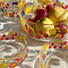 Skønne italienske glasskåle med frugter på. Sætter indeholder syv små skåle til portionsanretninger og én stor til frugtsalaten. Brugt men i god stand.