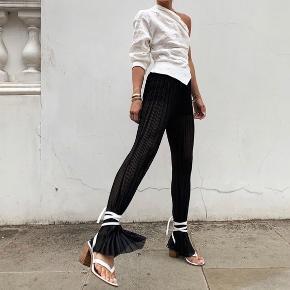 Virkelig seje hvide sandaler med en høj træ hæl. Kan bindes på mange forskellige måder. Kun brugt 1 gang.   Kan afhentes på Nørrebro eller køber betaler fragt.   Se også andre annoncer.