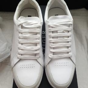 Helt nye sneakers fra Tiger of Sweden, model Arne, str 46, farve 01N/White. Nypris 1700 kr.