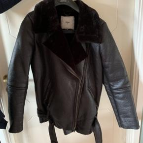 God og helt ny jakke.  Størrelse 38.   Aldrig brugt. Jeg sælger den fordi jeg ved jeg aldrig for gået med den.   Sender gerne flere billeder eller mål