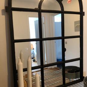Autentisk staldvindue med spejl fra gård på Falster. Er blevet lavet hos en autoriseret glarmester. En smuk accessories til hjemmet. Sælges da jeg synes der er plads til det i min lille lejlighed.