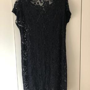 Løstsiddende kjole med blonder fra Vila 🌚  Sælges billigt. Kan også afhentes på Amagerbro ved nærmere aftale