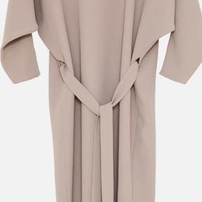 Mark Kenly Domino Tan kjole